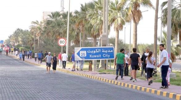 كويتيون ووافدون في مدينة الكويت (أرشيف)