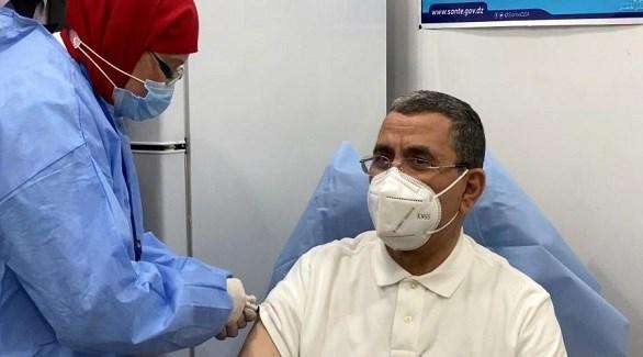 ممرضة جزائرية تُطعم رئيس الحكومة عبد العزيز جراد باللقاح ضد كورونا (أرشيف)