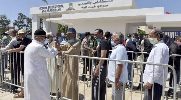 مغاربة أمام مستشفى مولاي عبد الله في الرباط للتطعيم ضد كورونا (أرشيف)