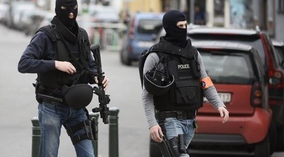 شرطيان ألمانيان في مداهمة أمنية سابقة (أرشيف)
