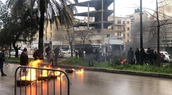 محتجون يغلقون الطريق إلى قصر العدل في بيروت اليوم (تويتر)