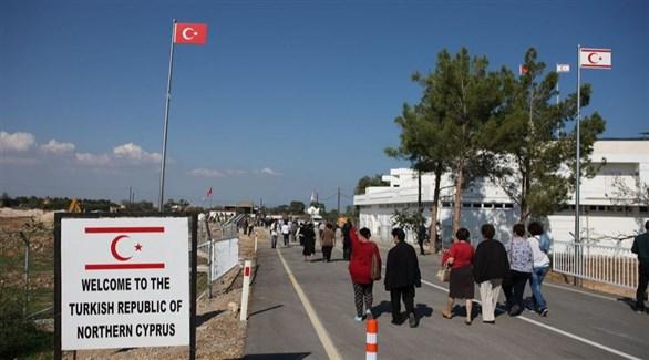 مدنيون يعبرون إلى الجزء المحتل من تركيا في قبرص (أرشيف)