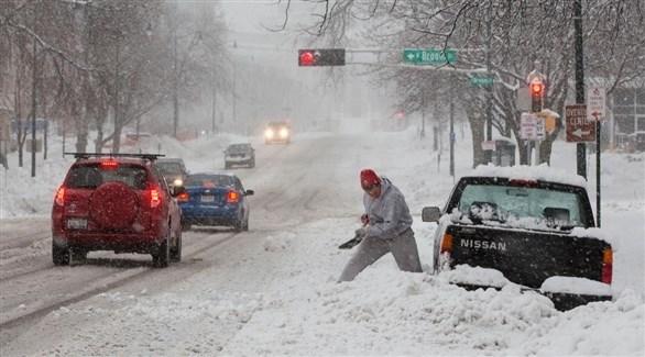 أمريكي يحاول تخليص سيارته من الثلوج (أرشيف)