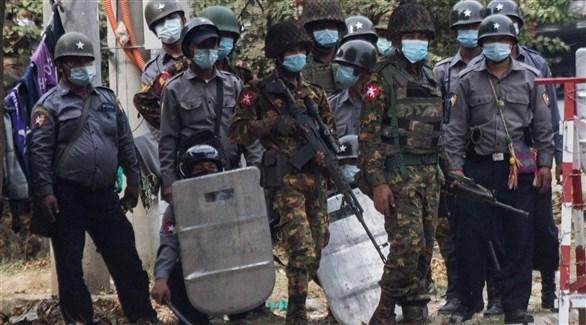 عناصر في جيش ميانمار خلال المظاهرات (أ ف ب)