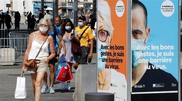أشخاص يرتدون الكمامات في أحد الشوارع الفرنسية (أرشيف)