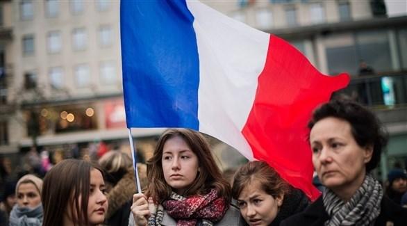 مجموعة من النسوة ترفع العلم الفرنسي (أرشيف)