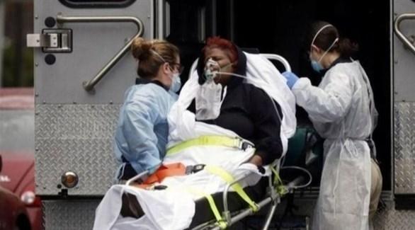 نقل مريض بفيروس كورونا لسيارة إسعاف في أمريكا (أرشيف)