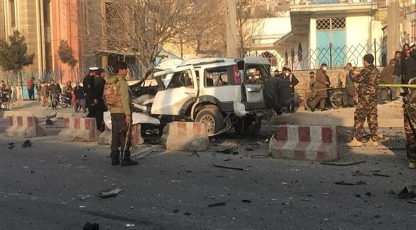 عناصر من الشرطة الأفغانية في مكان الانفجار بكابول اليوم (تويتر)