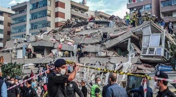 أتراك بين الأنقاض بعد زلزال أزمير في أكتوبر الماضي (أرشيف)