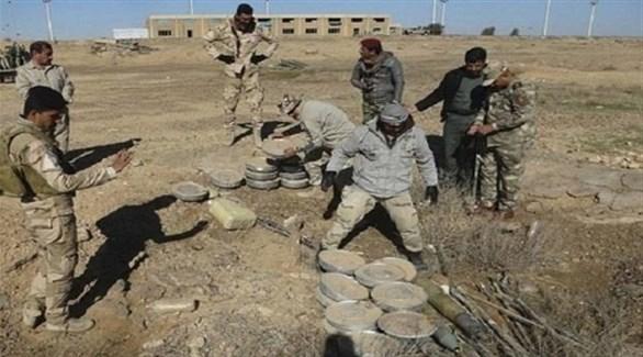 جنود من الجيش العراقي يعثرون على عبوات ناسفة (أرشيف)