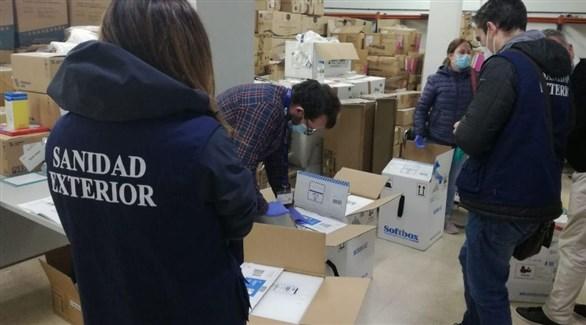 عاملون في القطاع الصحي في مايوركا بإسبانيا في مركز توزيع اللقاحات ضد كورونا (أرشيف)