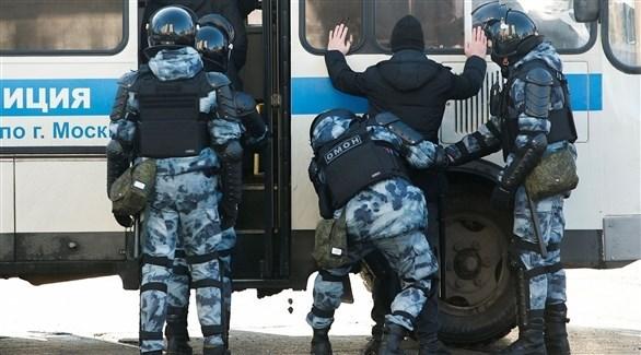 عناصر من الشرطة الروسية خلال اعتقال متضامنين مع نافالني (رويترز)