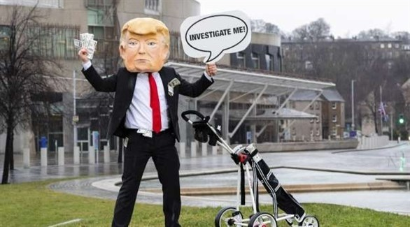 متظاهر أمام البرلمان الاسكتلندي يدعو للتحقيق مع ترامب (تويتر)