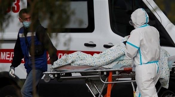 مسعف ينقل مصاباً بكورونا في روسيا (أرشيف)