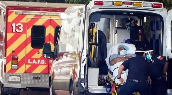 مسعفون أمريكيون ينقلون مصاباً بكورونا للمستشفى (أرشيف)