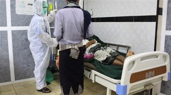 طبيب يتعامل مع مصاب بكورونا في أحد مشافي عدن (أرشيف)