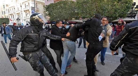 قوات الأمن التونسية تعتقل متظاهراً في احتجاجات يناير الماضي (أرشيف)