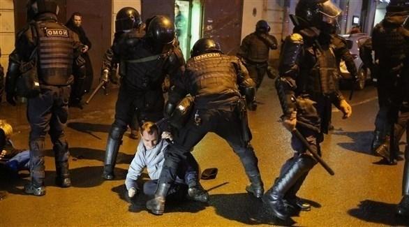 الشرطة الروسية تعتقل أحد المتظاهرين (أرشيف)