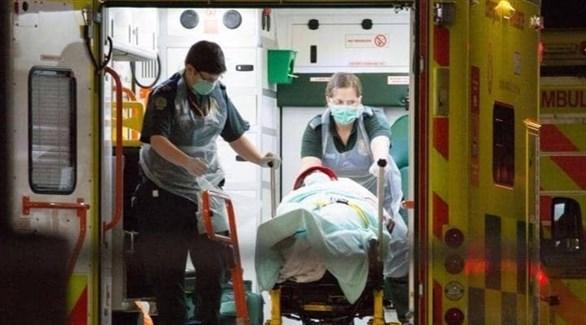 مسعفون ينقلون مريضاً بكورونا في لندن (أرشيف)