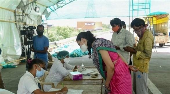 مركز صحي في الهند يجري فحوصات الكشف عن فيروس كورونا (أرشيف)