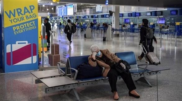 مسافر يرتاح داخل أحد المطارات (أرشيف)