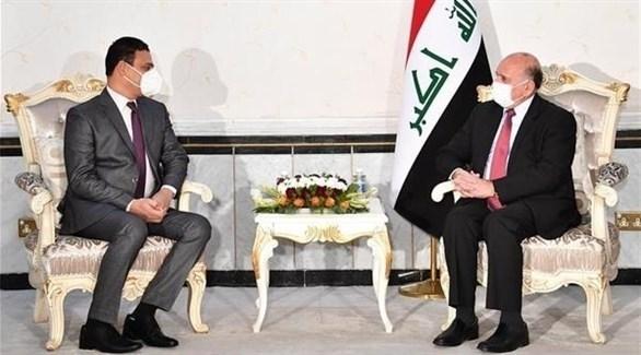 وزير الخارجية العراقي فؤاد حسين وسفير مصر لدى العراق وليد إسماعيل (أرشيف)