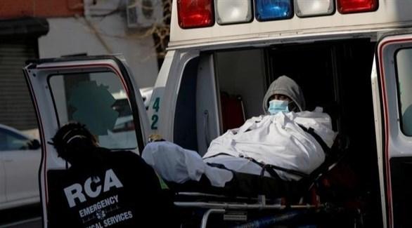 مسعف أمريكي ينقل مصاباً بكورونا للمستشفى (أرشيف)
