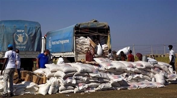 عمال إغاثة ينزلون مساعدات غذائية أممية في تيغراي (أرشيف)
