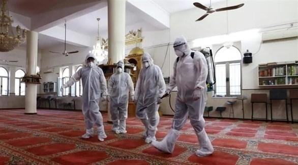 فريق تعقيم في أحد المساجد السعودية (أرشيف)
