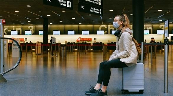 مسافرة تنتظر داخل المطار (أرشيف)