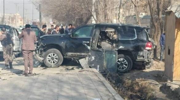 سيارة الموظفين الأفغان في كابول بعد استهدافها اليوم (تويتر)