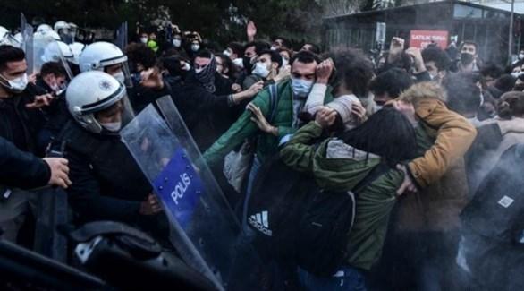 محتجون يشتبكون مع قوات الأمن أمام جامعة البوسفور (أرشيف)