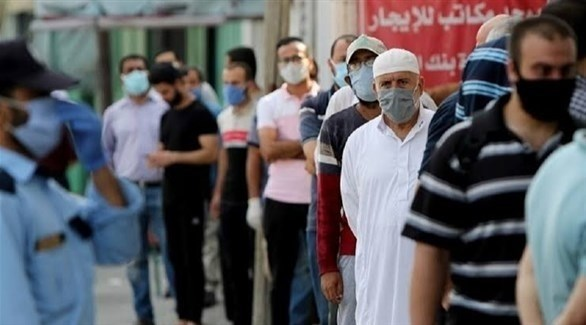 فلسطينيون أمام مركز صحي لفحص كورونا (أرشيف)