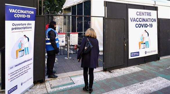 فرنسية أمام مركز تطعيم ضد كورونا في مدينة نيس (أرشيف)