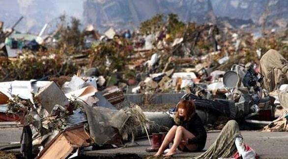 ناجية يابانية وسط الأنقاض بعد الكارثة في فوكوشيما (أرشيف)