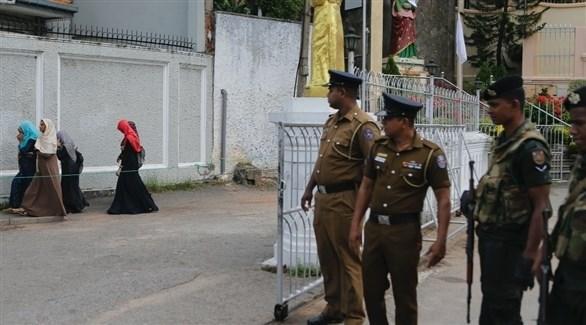 عناصر من الشرطة السريلانكية بجوار مدرسة إسلامية (أرشيف)