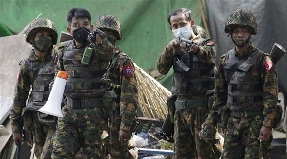 عناصر من الشرطة في ميانمار يطلقون النار صوب متظاهرين (تويتر)