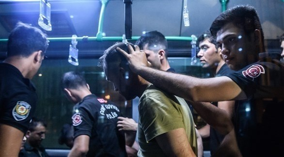 عناصر من الأمن تعتقل أتراك (أرشيف)