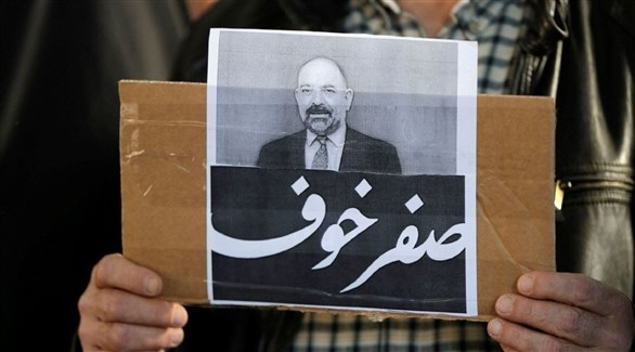 لبناني يرفع صورة لقمان سليم في يوم تأبينه (أرشيف)