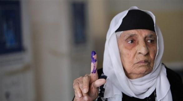 عراقية ترفع سبابتها بعد تصويت سابق (أرشيف)