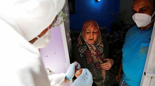 سيدة تخضع لفحص الإصابة بكورونا في العراق (أرشيف)