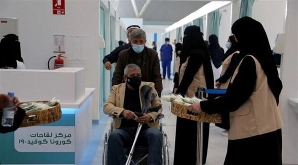 سعوديون يتوافدون على مركز للقاحات مضادة لكورونا (أرشيف)