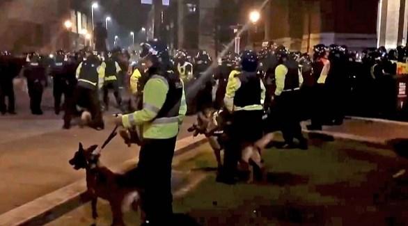 شرطة مكافحة الشغب أمس في مواجهة المتظاهرين ببريستول (تويتر)