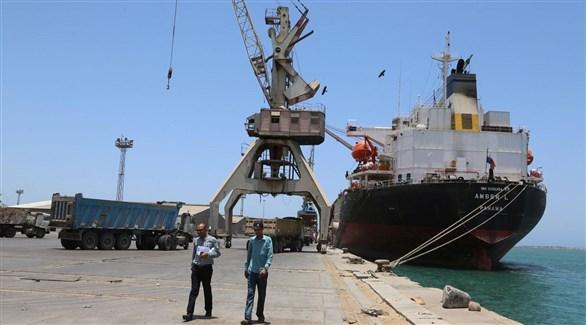 تفريغ سفينة بضائع في ميناء الحديدة اليمني (أرشيف)