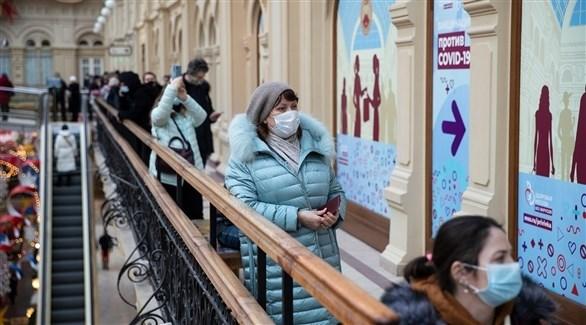 روسيات أمام مركز تطعيم ضد كورونا في موسكو (أرشيف)