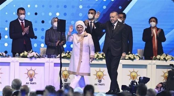 الرئيس التركي رجب طيب أردوغان وزوته في مؤتمر حزب العدالة والتنمية (تويتر)