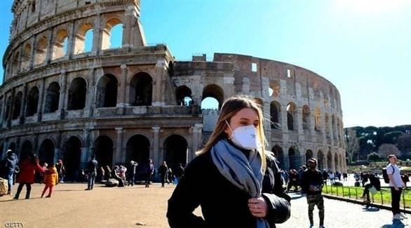 إيطالية تسير في محيط مبنى الكولوسيوم (أرشيف)