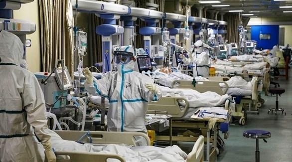 أطباء يرعون مرضى في غرفة للعناية المركزة بمستشفى في أمريكا (أرشيف)