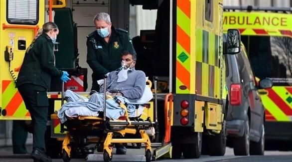 مسعفون ينقلون مريضاً إلى مستشفى في لندن (أرشيف)