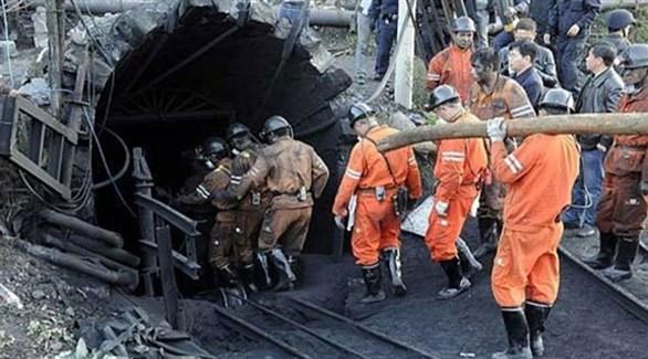 مسعفون ومنقذون صينيون يتدخلون لإنقاذ عمال في منجم بعد حادث سابق (أرشيف)